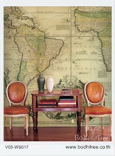 Sala de espera com mesa antiga e um mapa antigo cobrindo toda a parede