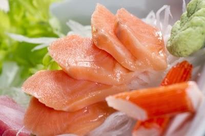 سمك السلمون، والذي يحتوي على أحماض أوميغا 3 الدهنية، يساعد خلايا الدماغ على العمل بشكل أكثر كفاءة.