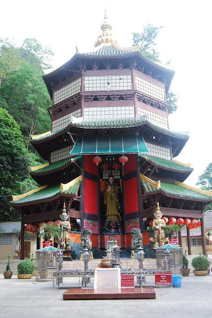Китайская пагода рядом с храмом Tiger Cave Temple, Krabi, Thailand.