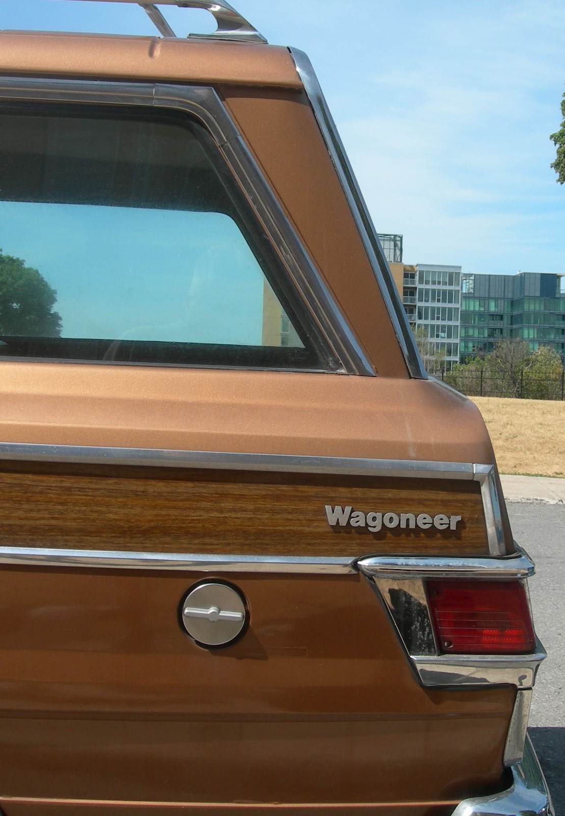 Bilar i väster . . .: Fulladdad Jeep Wagoneer