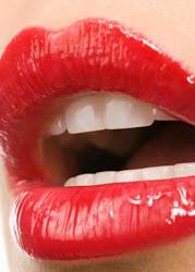 Ella se pinta los labios de rojo, para que nunca se borren sus besos.