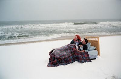 Joel y Clementine en una cama en medio de la playa.