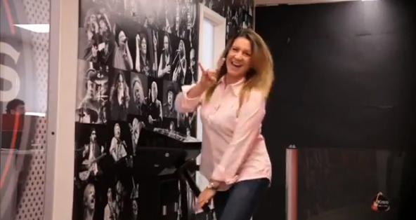 mujer entrando a las oficinas de kiss FM en Brasil