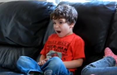 niño sorprendido porque Darth Vader es el padre de Luke en la Guerra de las Galaxias