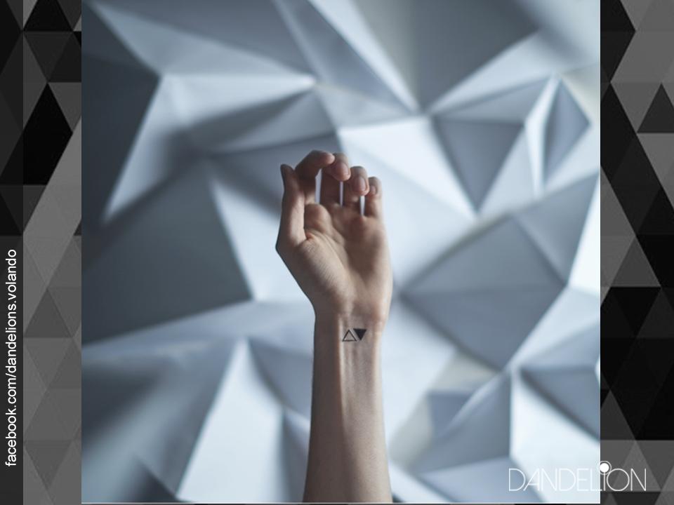 Mini tatuajes en las muñecas - Triangulos