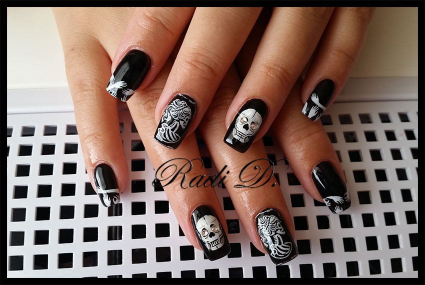 It`s all about nails: Black nails with skulls