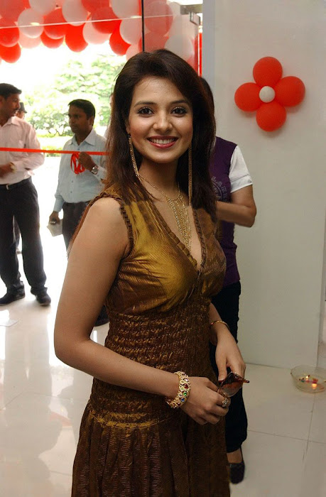 saloni in golden dress actress pics