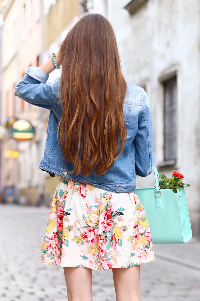 długie naturalne włosy rozpuszczone z tyłu