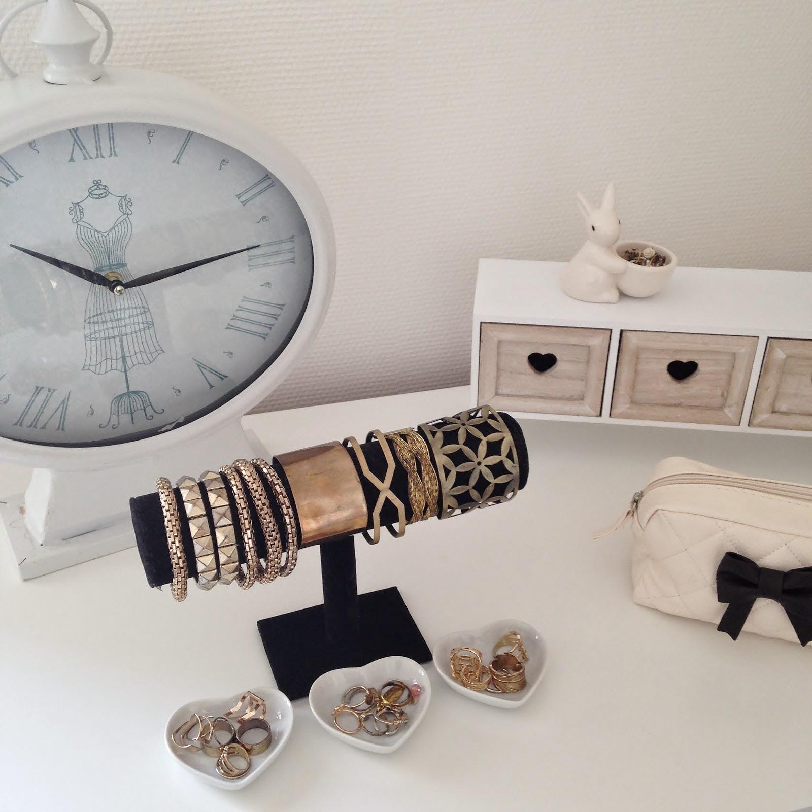 Miroir De Chambre Conforama : Enfin j'ai aménagé la commode avec mes bijoux et une jolie horloge …