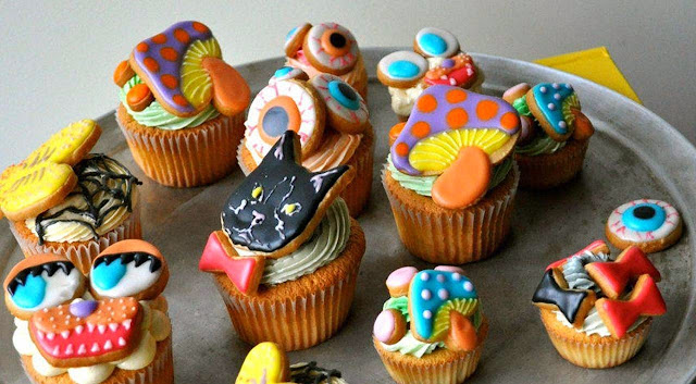 Cup Cakes διαφορών μεγεθών διακοσμημένα με κρέμα και μπισκότα ζαχαρόπαστας
