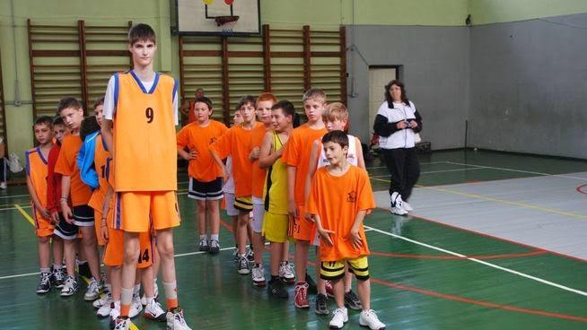 بالصور.. عملاق كرة سلة عمره 14 عاما وطوله 2.26 متراً