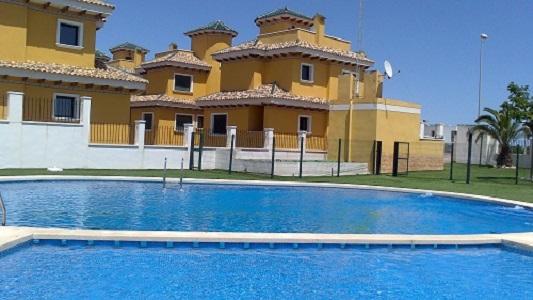 Chalets en rojales alquiler larga temporada residencial for Piscina y jardin 2002 s l
