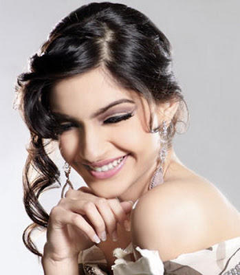 Cute Sonam Kapoor Wallpaper in Players Movie 2012