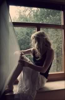 Fensterbank Zum Sitzen ein kleines mädchen auf der suche nach dem glück auf der
