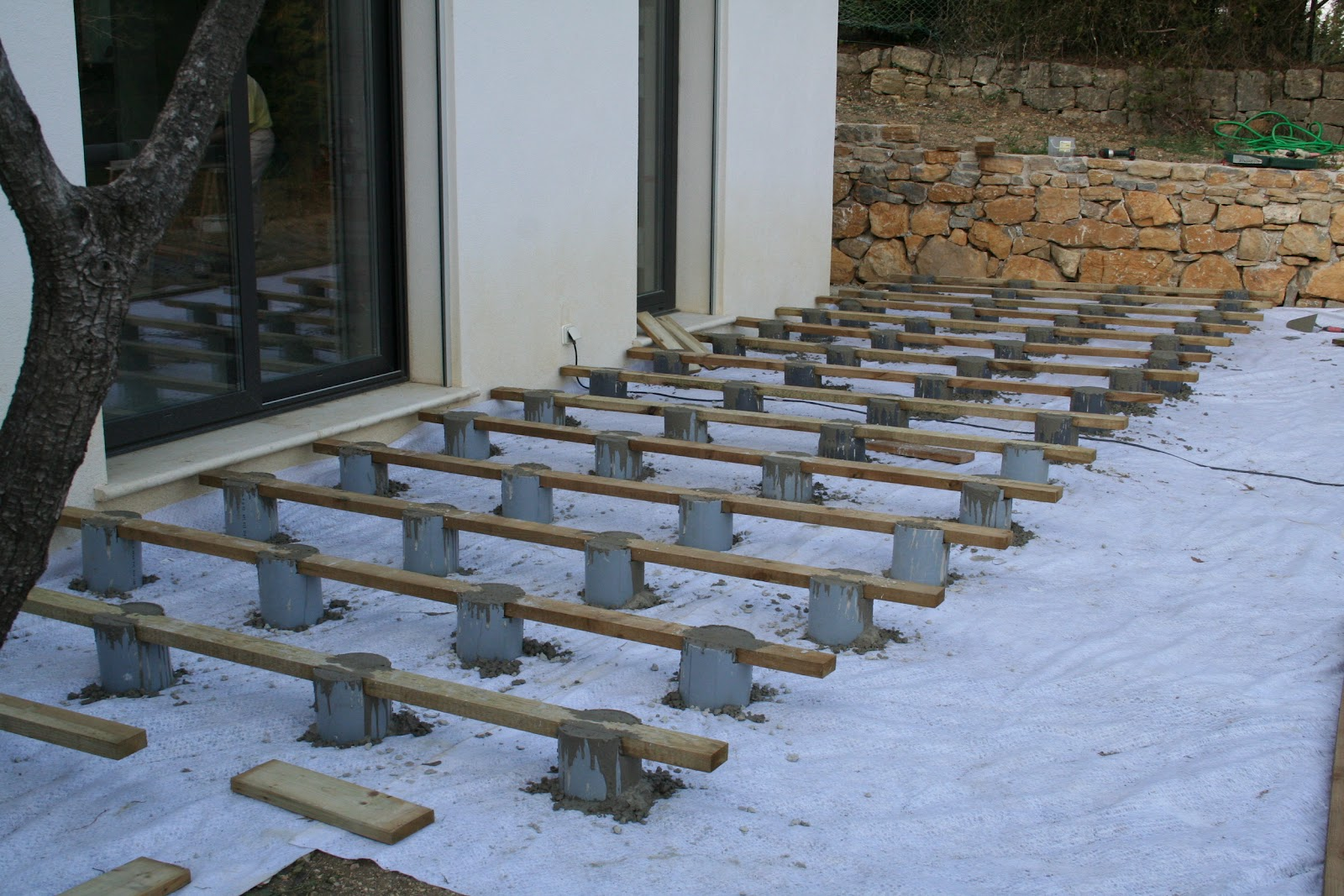 Construction terrasse en bois sur plot beton for Plot pour dalle beton