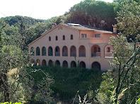 La casa Els Arcs després de passar la Plaça de les Fontetes