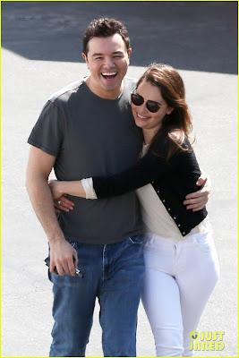 Emilia Clarke y Seth MacFarlane en actitud cariñosa - Juego de tronos en los siete reinos