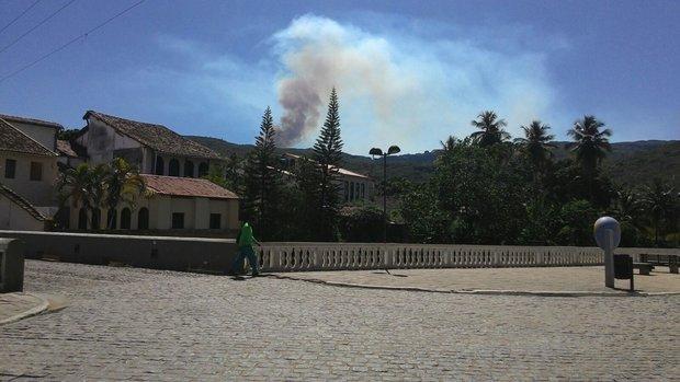 Incêndio visto de praça em Lençóis (Foto: Thiago de Freitas)