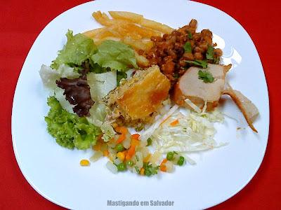 Bambu Chalé: Prato com opções do buffet