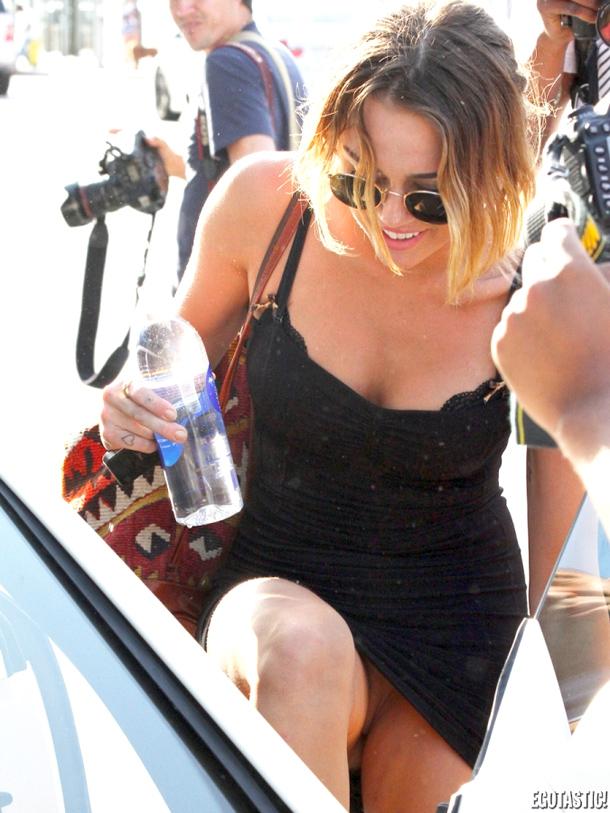 Miley Cyrus fue captada en fotos sin ropa interior al ser fotografiada