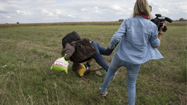 TVE presenta como víctima a la periodista húngara que pateó a refugiados