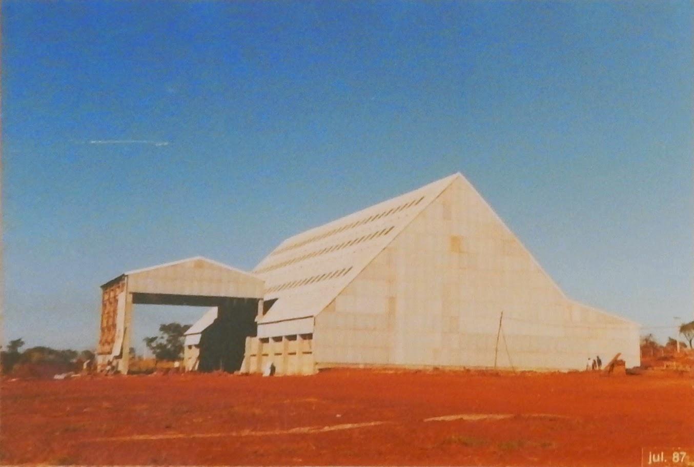O fechamento do galpão, com telhas de fibrocimento, escondeu a beleza das estruturas de madeira.