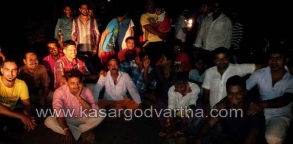 Electricity, Power cut, People, Protest, Road block, Nellikunnu, Kasaragod, Kerala, Kasargod Vartha, Malayalam news, Kerala News, International News, National News, Gulf News, Health News, Educational News, Business News, Stock news, Gold News.