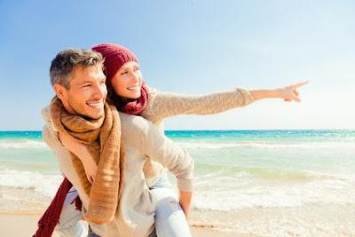 لماذا لا يستطيع الرجل الاستغناء عن المرأة - حبيبان على شاطىء البحر