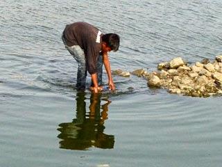 Collecting stone at Jal Mahal