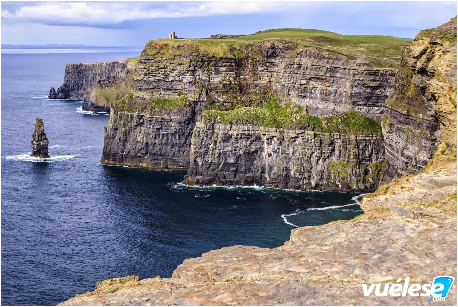 Acantilados de Moher Donde cada año, un millón de turistas visitan la mayor atracción natural de Irlanda los famosos riscos de Moher.