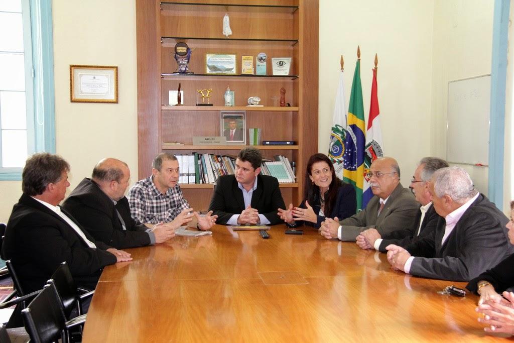 Arlei, acompanhado do vice-prefeito Márcio Catão, secretários municipais e vereadores, recebe o prefeito de Cadaujac, Francis Gazeau, da cidade de Bordeaux, na França
