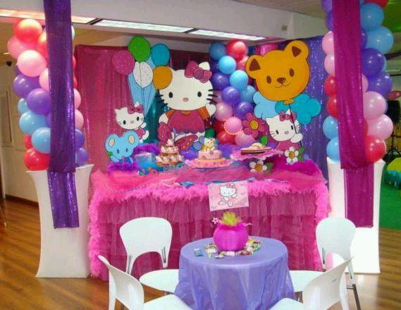 Decoracion Hello Kitty Fiestas Infantiles ~   hechas con globos y delante se colocaron a Hello Kitty y sus amigos
