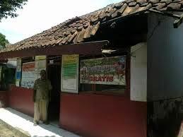 Warga Ramai-Ramai Renovasi Bangunan SD 03 Pasir Putih