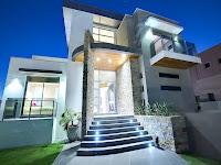 foto de fachada de casa moderna iluminada con luces en escalera