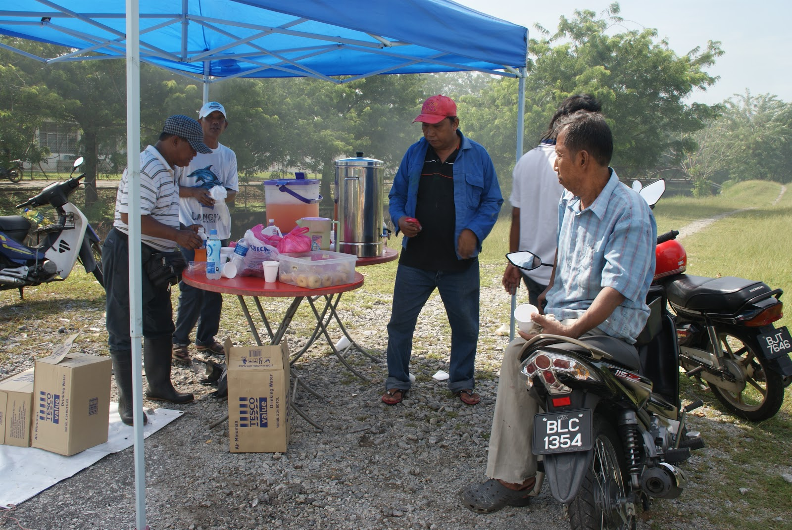 a gotong royong activity On 29th october 2015, there were 30 representatives of dengue rangers had collaborated in gotong royong activity at flat desa ria, tangga batu, melaka the flash mob show had been done as it was part of the warming up session before the gotong royong started.