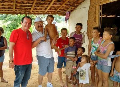 Valdeir Moraes distribui alimentos para família que comia ratos em Alagoa Grande