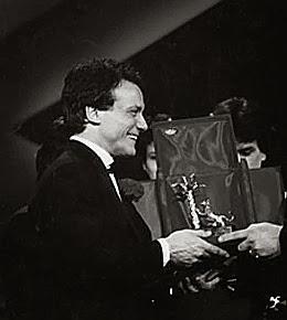 massimo ranieri ritira il premio come vincitore del festival di sanremo 1988