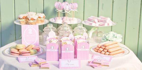 buffet sucré avec décoration rose thème Marie Antoinette