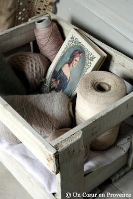 Utiliser un vieux casier à bouteilles en bois peint pour composer une mise en scène romantique