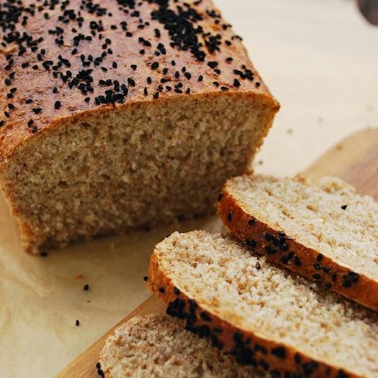 Chleb pszenno-razowy z czarnuszką