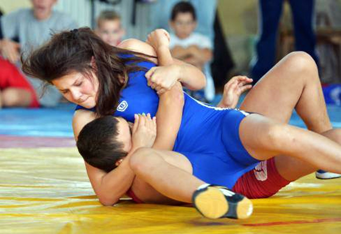 2 men vs 1 girl mixed wrestling