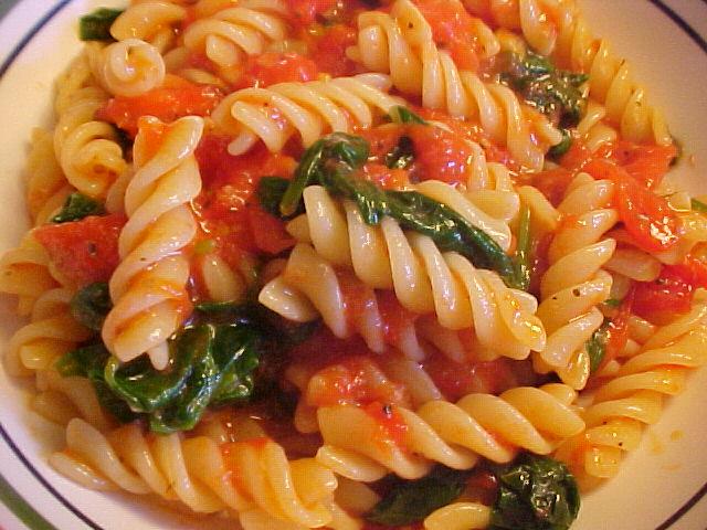 Fusilli Viviane sauce aux tomates, épinards, ail et parmesan