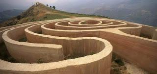 Labirinto struttura dove è difficile l' orientamento a causa dell' intreccio dei suoi corridoi o delle sue gallerie