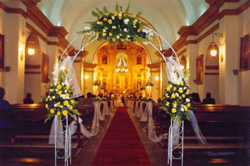 Aluzza atmosferas que iluminan decoraci n de la iglesia for Sillas para novios en la iglesia