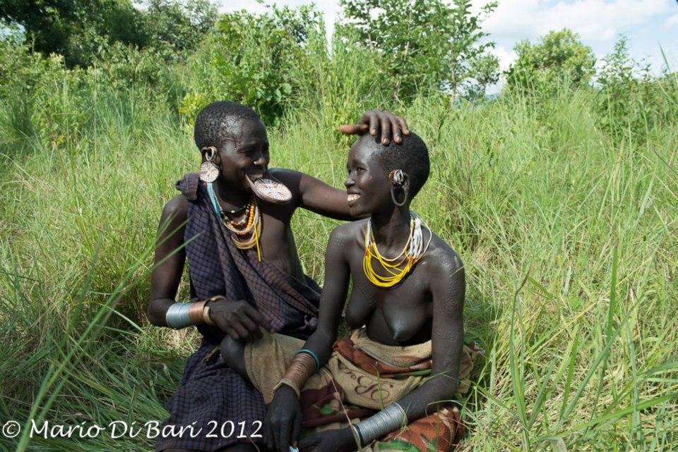 Kinh dị bộ tộc làm đẹp đeo đĩa lên môi