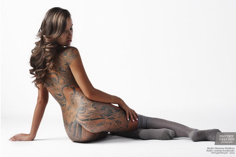 Mujeres hermosas del arte que estiran desnudo