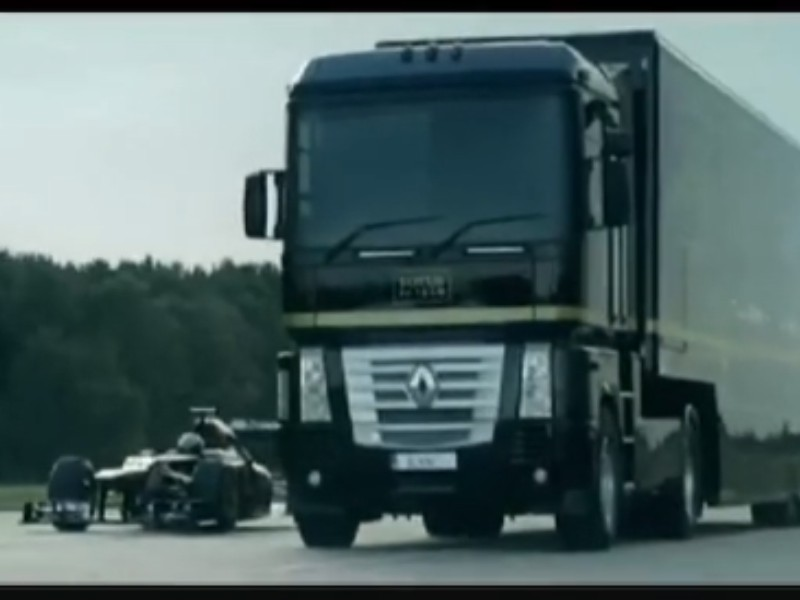 Truk Trailler Melompati Mobil Formula One