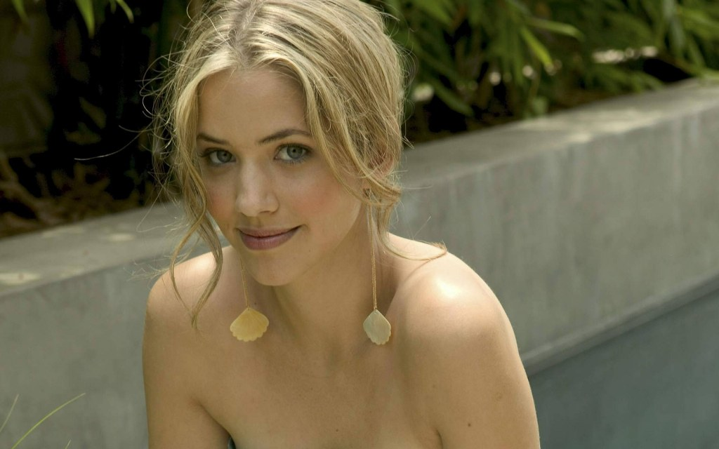 Julie Gonzalo - Photo Actress