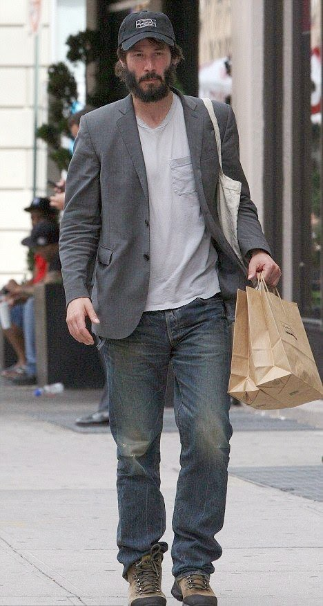 Did you know this homeless? Keanu Reeves practiced her acting skill by walking such a poor man as the photographer caught the greatest Hollywood actor on the street at New York on July 23, 2014.