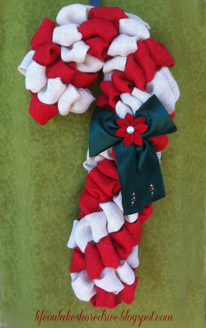 alt=&quot;Burlap Candy Cane Wreath Tutorial using Pool Noodle&quot;